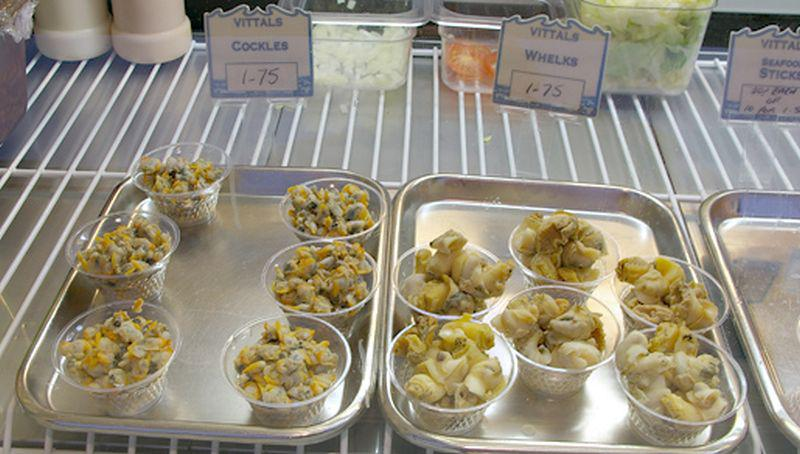 Kokkels en wulken in Engelse viswinkel | © Ecomare, Sytske Dijksen